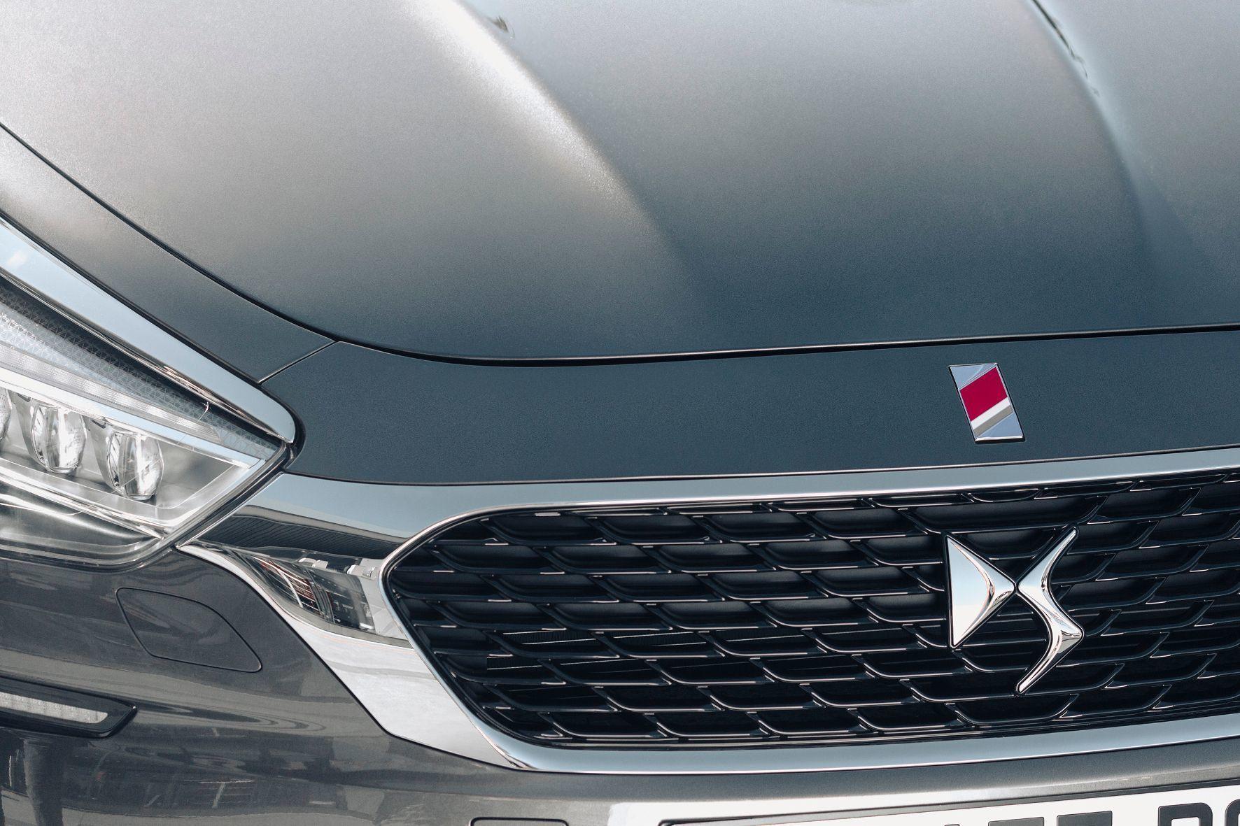 mid Groß-Gerau - Rot-weiß-goldene Diagonalstreifen kennzeichnen das Emblem der sportlich gestalteten DS Performance Line, in der die Franzosen alle drei Modelle anbieten.