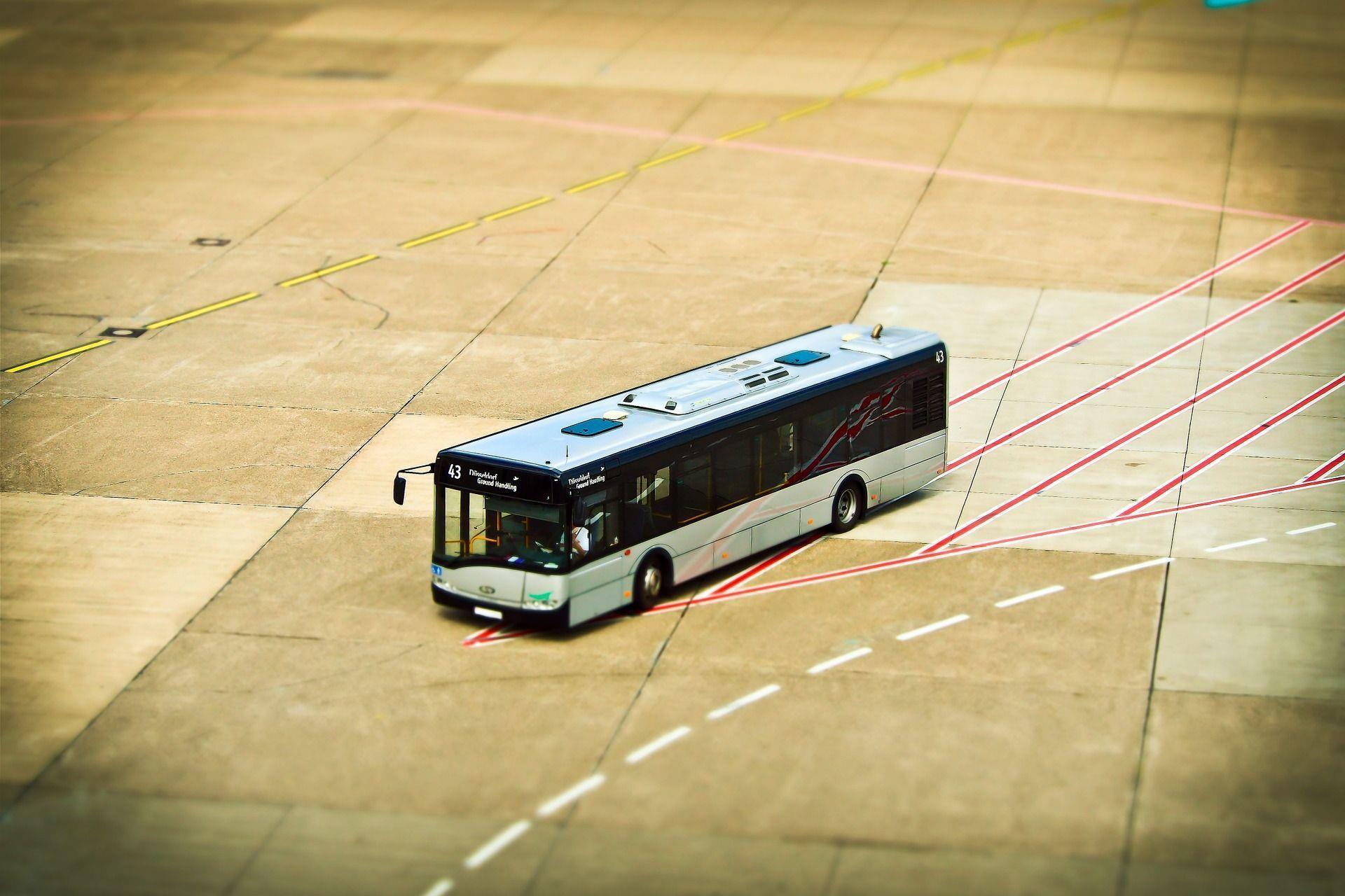 mid Groß-Gerau - Der Vorfeldbus auf dem Flughafen: Für viele Passagiere macht er sich auf den Weg der Leiden.