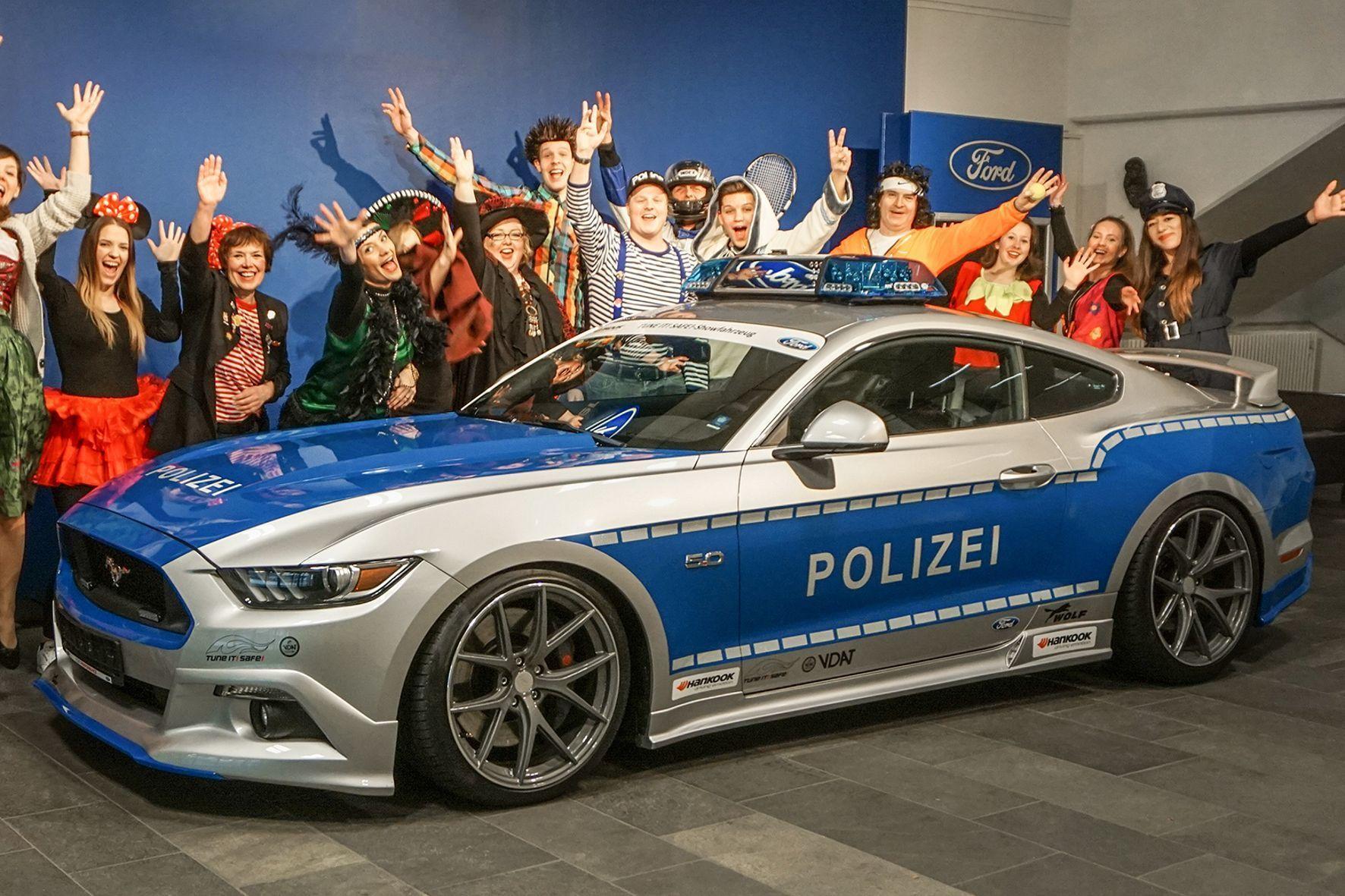 mid Groß-Gerau - Der blau-silberne Streifen-Mustang fährt beim Kölner Rosenmontagszug mit.