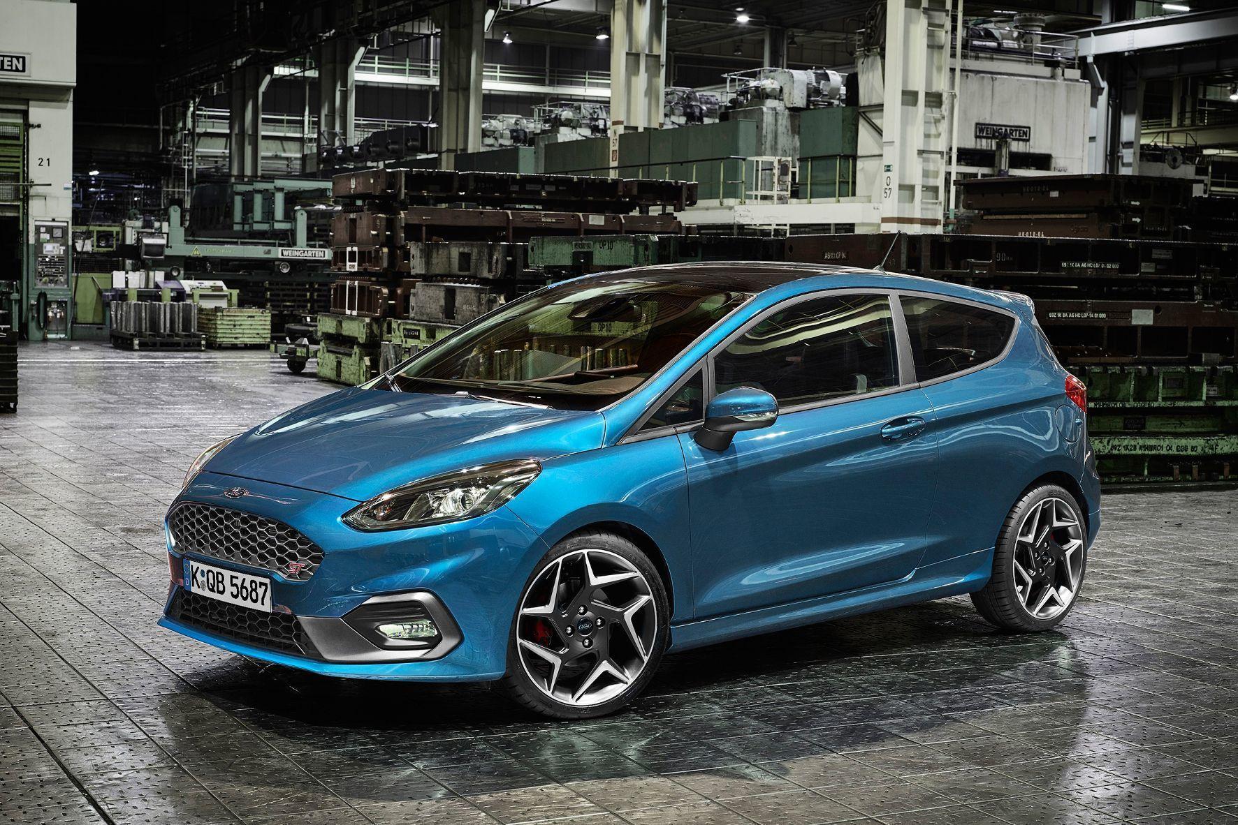 mid Groß-Gerau - Scharf konturiert und unverwechselbar ein Ford: Der neue Fiesta ST wird ab 2018 als Dreitürer (Foto) und mit fünf Türen angeboten.