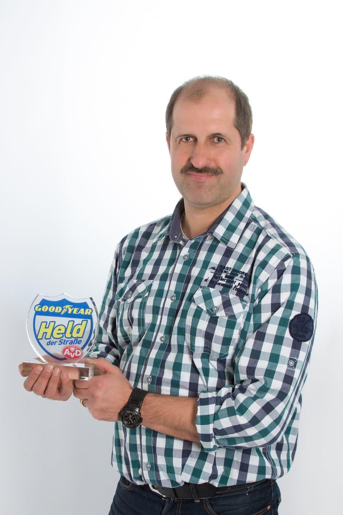 mid Groß-Gerau - Jochen Marquardt hat eine Autofahrerin nach einem Unfall aus ihrem brennenden Wagen gerettet und erhält dafür die Auszeichnung Held der Straße im Monat Februar.
