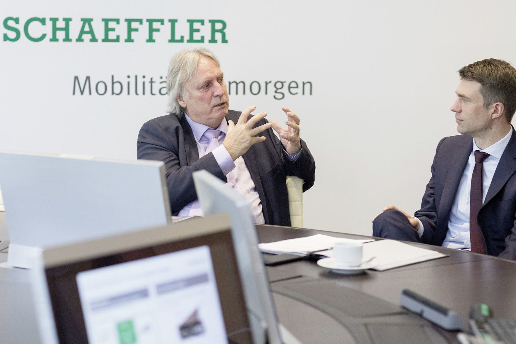 mid Groß-Gerau - Peter Gutzmer (links), Technologie-Vorstand der Schaeffler AG, diskutiert mit dem Parlamentarischen Staatssekretär Stefan Müller über die anstehenden Herausforderungen im Bereich von Digitalisierung und E-Mobilität.