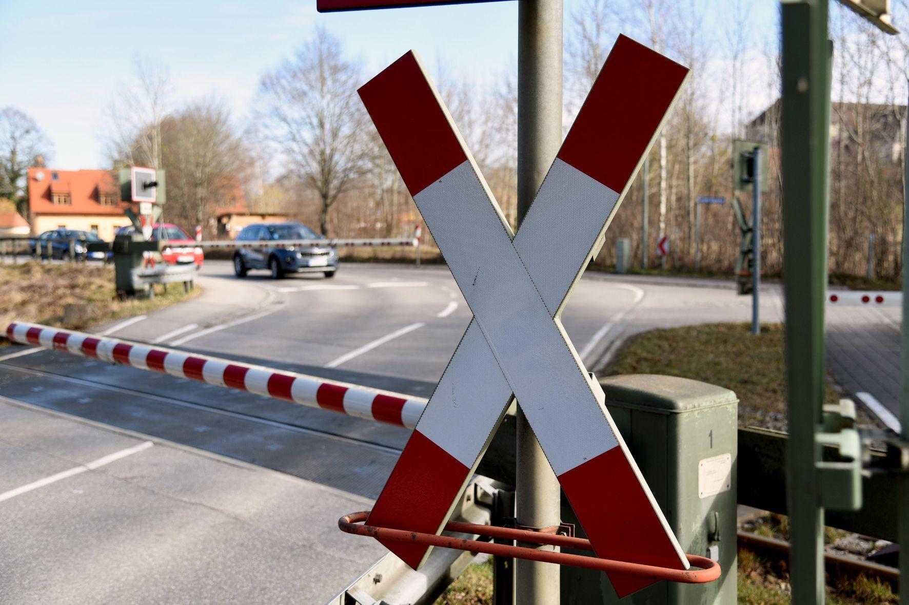 mid Groß-Gerau - Kein Interpretations-Spielraum: Vor der geschlossenen Schranke müssen Autofahrer immer anhalten.