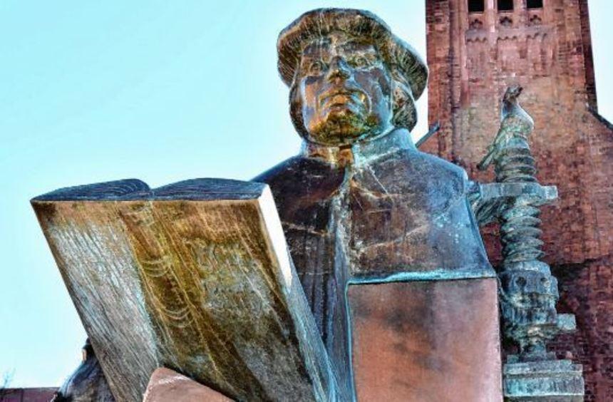 Der Lutherbrunnen in Ludwigshafen wurde 1992 eingeweiht. Das Denkmal ist das Werk der Neustadter ...