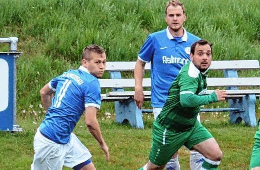 Während der FC Schloßau (in weißen Hosen) in der Fußball-Landesliga Odenwald am Wochenende ...