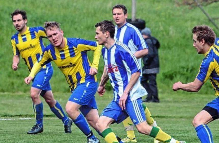 Erst kurz vor Ende des Spiel gelang dem TSV Höpfingen III (gelbe Trikots) der etwas glückliche ...