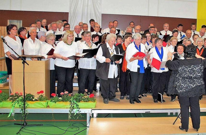 Der Gemeinschaftschor der Gemischten Chöre aus Epplingen, Kupprichhausen, Bobstadt, Uiffingen, und ...