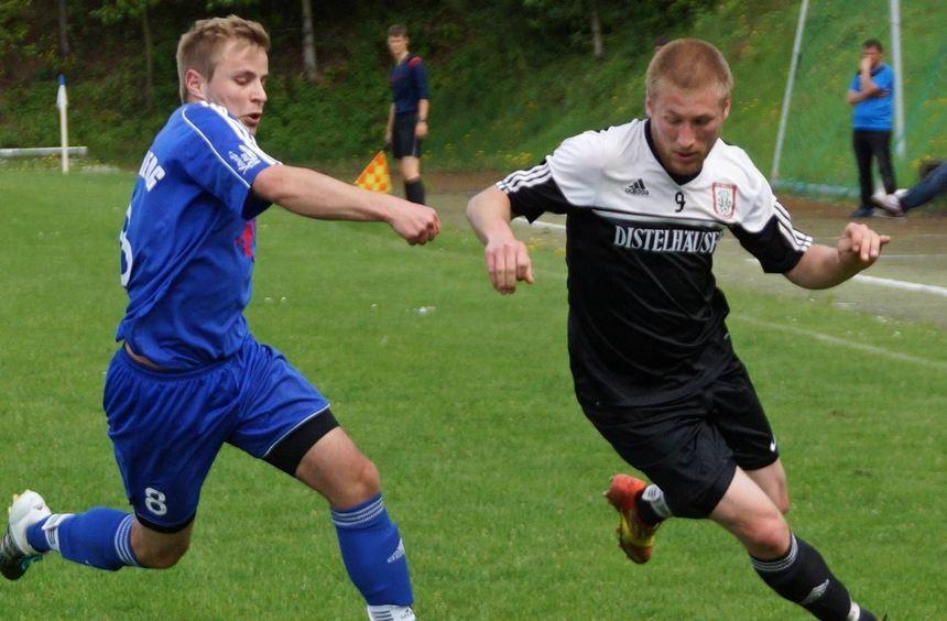 Der FC Rauenberg (im Bild Christopher Guthy, links, im Zweikampf mit Distelhausens Jonathan Bean) ...