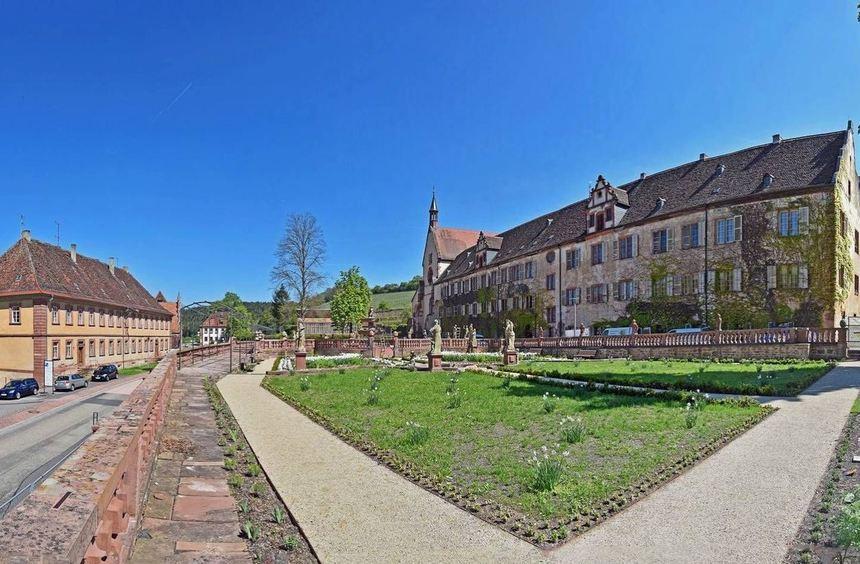 Blick auf den neugestalteten Abteigarten im Kloster Bronnbach. Für 2,7 Millionen Euro wurde er in ...