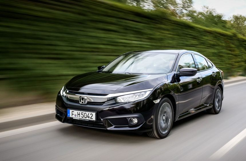 mid Groß-Gerau - Windschnittig auf dem Weg zum Händler: Der neue Honda Civic als Limousine.