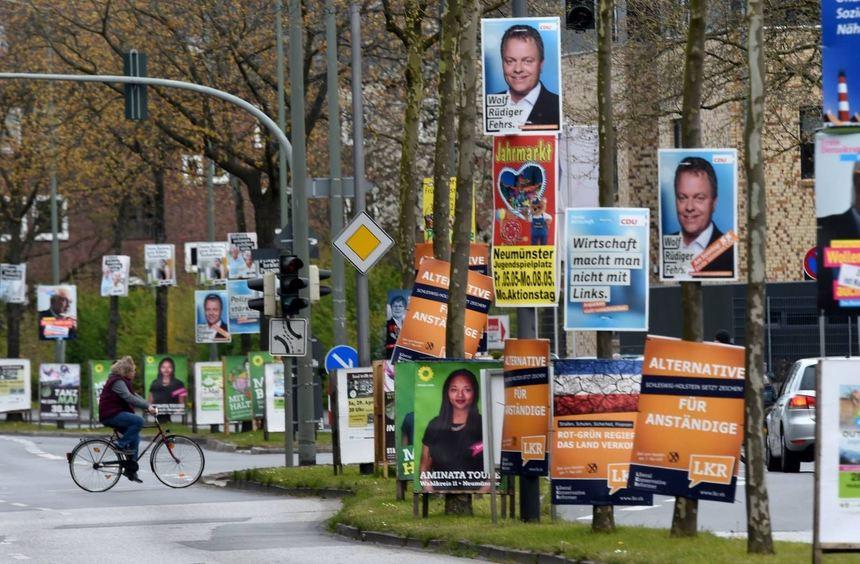 Längst findet der Wahlkampf nicht mehr nur mit Plakaten statt, wie sie unser Symbolbild zeigt. Im ...