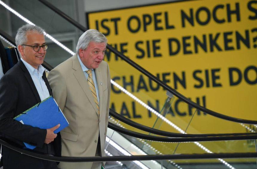 Hessens Wirtschaftsminister Tarek Al-Wazir (links) und Ministerpräsident Volker Bouffier betonten ...