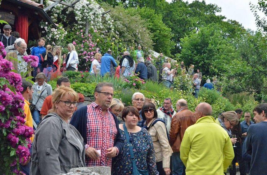 Die Besucher genossen das malerische Ambiente des Romschloss-Gartens.