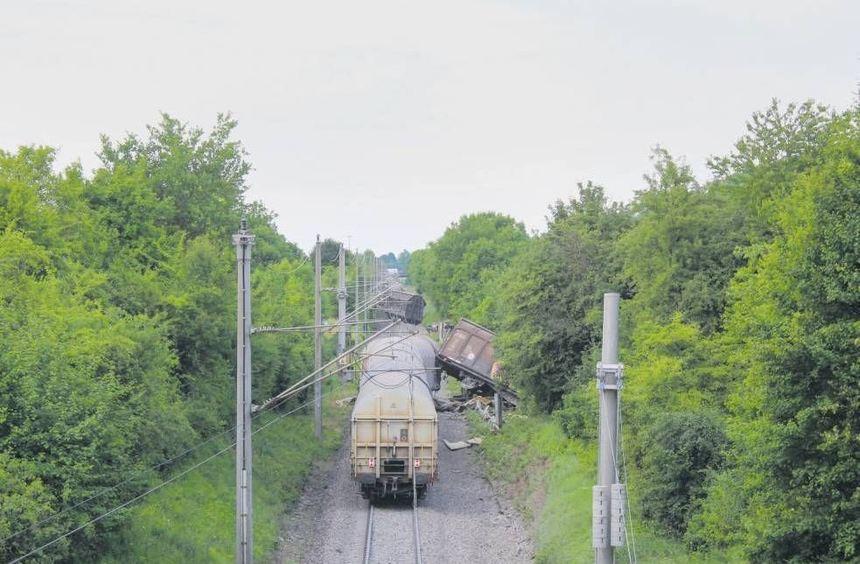 """Dieser Güterzug ist auseinandergerissen worden, weil drei Waggons des """"Konvois"""" entgleist waren."""