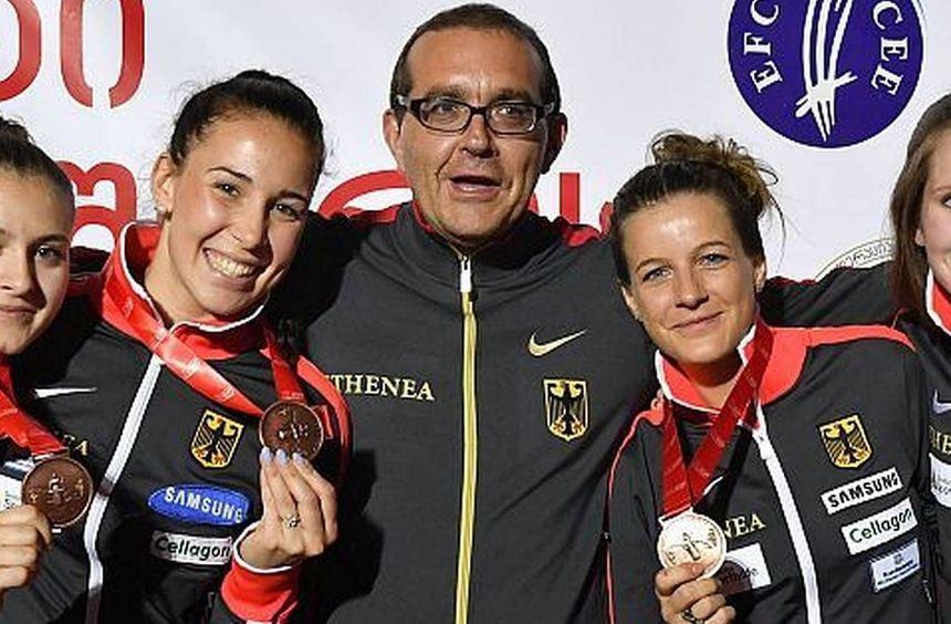 Trainer Giovanni Bortolaso freut sich mit (von links) Leonie Ebert, Anne Sauer, Carolin Golubytskyi ...