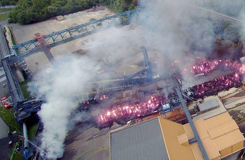 Ein aus Strohballen gebauter Lärmschutzwall an der Zuckerfabrik brannte lichterloh. Von hier griff ...