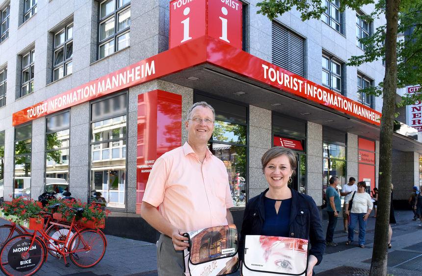 Nun deutlich besser erkennbar: die Tourist Info am Hauptbahnhof mit Büroleiter Michael Müller und ...