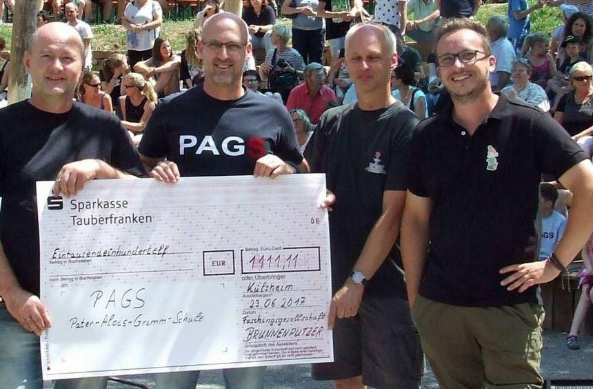 """Spendenübergabe an die PAGS: (von links) Detlev Meixner (FG """"Brunnenputzer""""), Udo Müller (Rektor ..."""