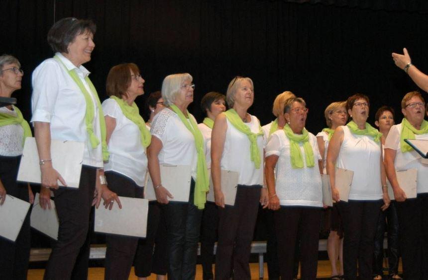 Der Offene Singkreis unter Leitung von Mechthild Geiger beim Auftritt in der Tauberbischofsheimer ...