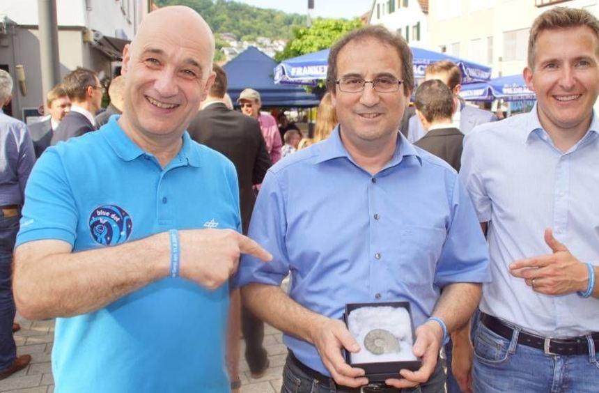 Bürgermeister Stefan Neumann (rechts) hat das Fossil von Michael Hartinger (Mitte) an ...