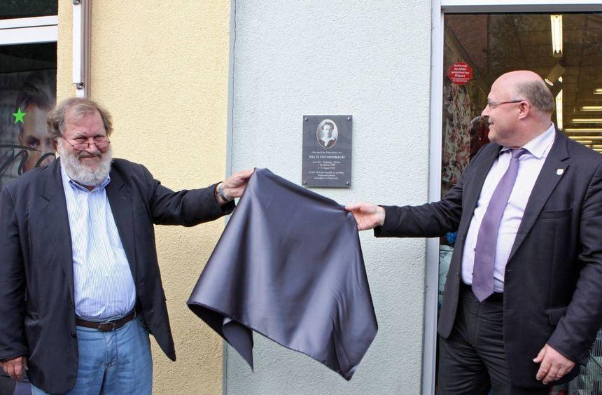Gemeinsam enthüllen Hartwig Behr (links) und Oberbürgermeister Udo Glatthaar die Gedenktafel.
