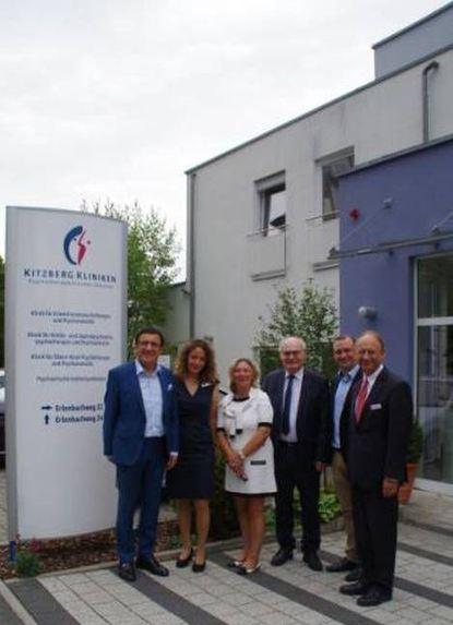 Das Bild zeigt MdL Professor Reinhart, Geschäftsführerin Schulte-Schling-meyer und weitere ...