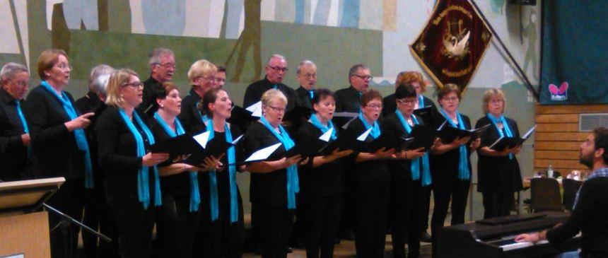 Der Arbeitergesangverein Niklashausen beim Liederabend in der Pfeifferhalle.