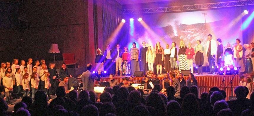 Mit Leben erfüllten Kinder und Jugendliche zwischen sieben und 17 Jahren die Bühne in der ...