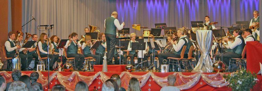 Mit einem anspruchsvollen Programm begeisterten die Musiker der Stadt- und Feuerwehrkapelle ...