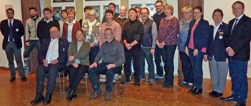 Die Geehrten zusammen mit Bürgermeisterstellvertreterin Manuela Zahn, Raimund Rüdenauer und dem für ...