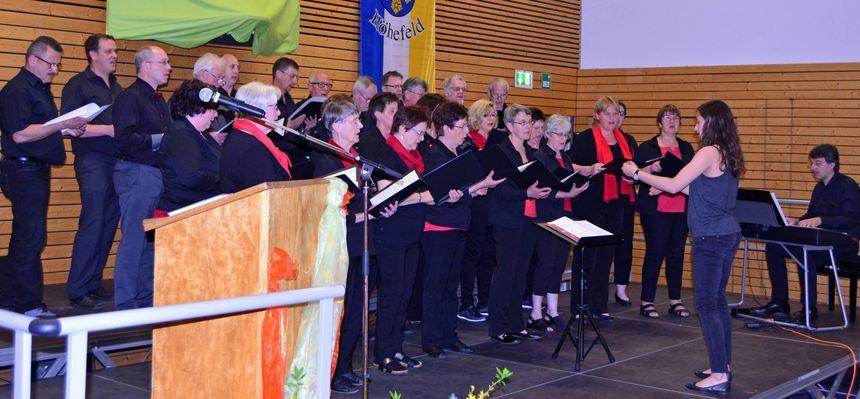 Beim Liederabend im Höhefelder Bürgerhaus erfreuten am Samstag auch die Gastgeber vom Gesangverein ...
