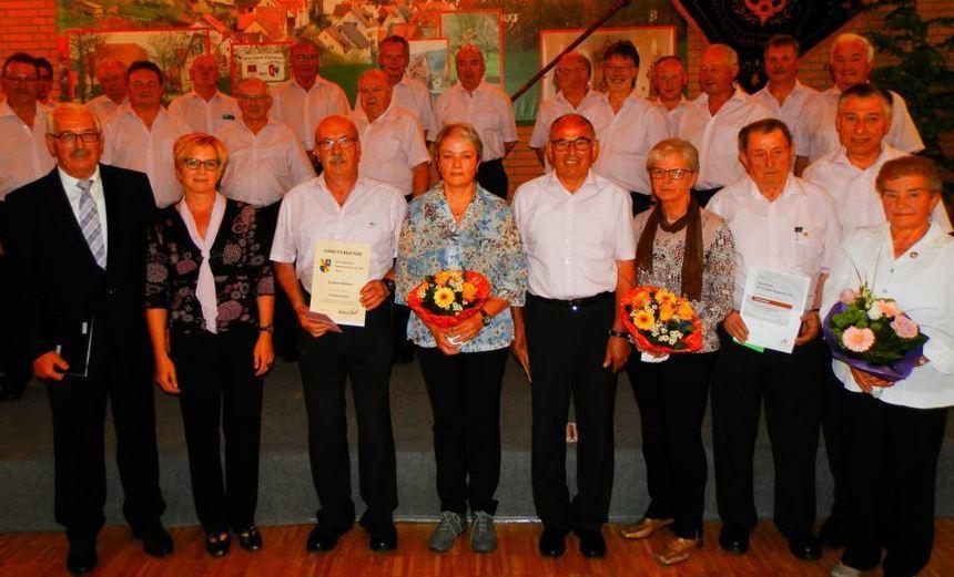Die Geehrtenzusammen mit ): Hubert Heffele (links), Chorleiterin Edith Lang-Kraft (Zweite von ...
