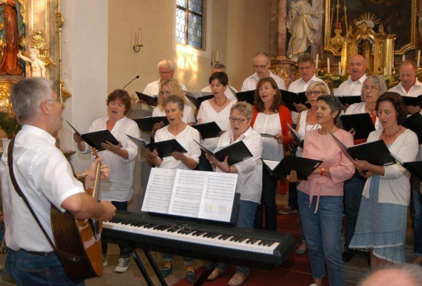 """Der Chor """"Haste Töne"""" aus Großrinderfeld überbrachte dem Jubelchor einen musikalischen Strauß."""