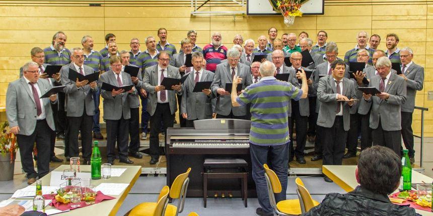 """Der Männergesangsverein Werbach sang zum Abschluss seines gelungenen Liederabends """"La Montanara"""" ..."""
