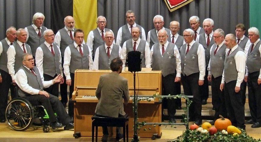 """Der Männergesangverein """"Harmonie"""" Külsheim mit Chorleiter Claudiu Berberich präsentierte sich beim ..."""