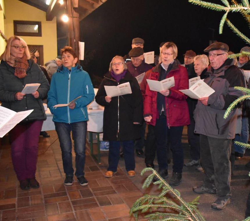 Beim Weihnachtssingen des Sonderrieter Gesangvereins ließen Mitglieder und Besucher gemeinsam ihre ...