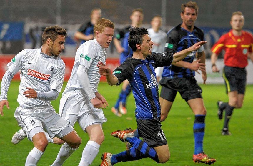 Waldhof hatte es gegen Freiburgs Talente nicht leicht. Hier geht Martin Wagner zu Boden.