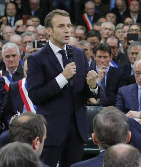 Emmanuel Macron spricht in Grand Bourgtheroulde.