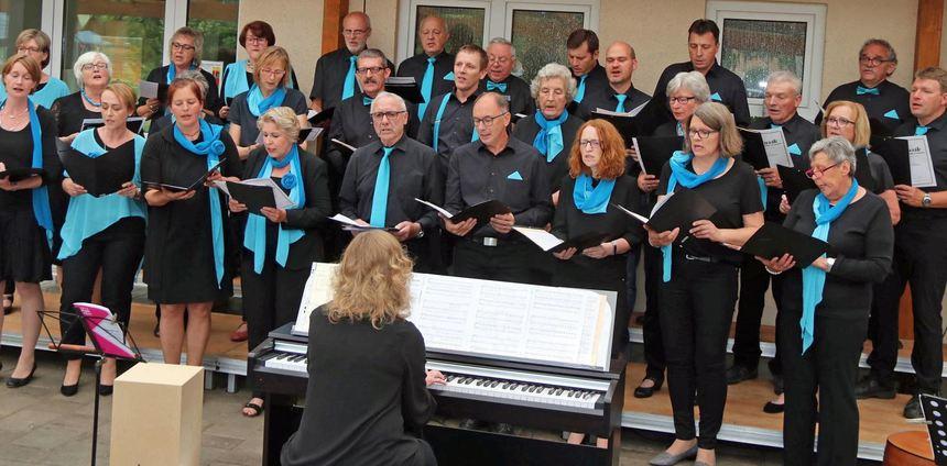 """Der Serenadenabend der Chorgemeinschaft """"Frohsinn"""" begeisterte die Zuhörer in Sindolsheim."""