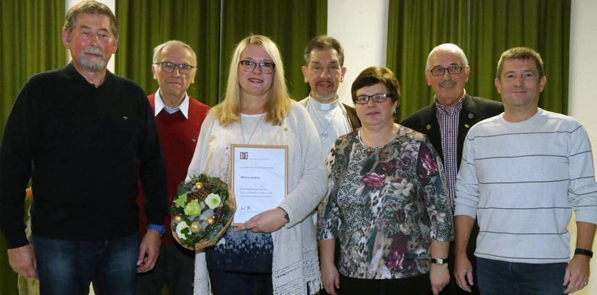 Für 40 Jahre Singen im Chor ist Martina Jüngling mit der Ehrenbrosche in Gold des Deutschen ...