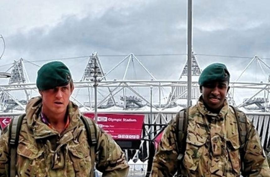 Soldaten überall - auch vor dem Olympic Park in Stratford.