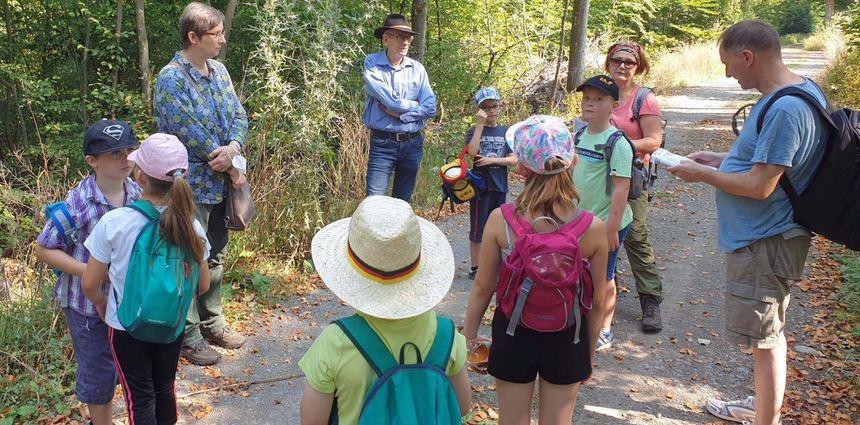 Sechs Kinder nahmen am Ferienprogramm des SPD-Ortsvereins Bauland teil und wanderten auf dem ...