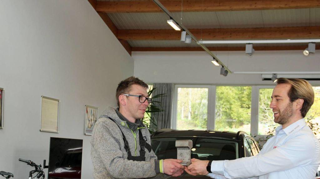 """Auf die Auszeichnung für die gelungene Inklusions-Kooperation im Projekt """"INklusiv! Gemeinsam arbeiten"""" ist Thomas Schulz genauso stolz wie Autohaus-Chef Thomas Hertlein."""