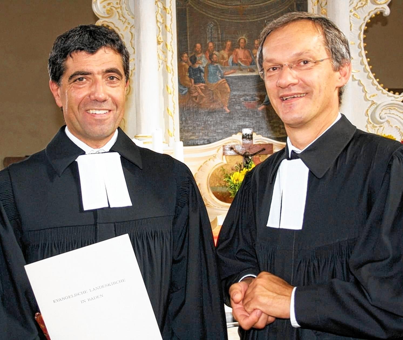 Pfarrer Armin Bauer (links) wurde am Sonntag von Dekan Rüdiger Krauth in der Kirche in Neunstetten in seine neuen, alten Kirchengemeinden eingeführt.