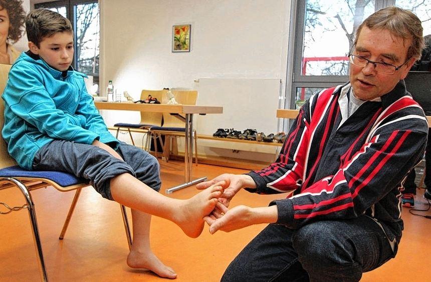 Fußuntersuchung für Nils Hilgner durch den Allgemeinmediziner und Chiropraktiker Hubert Deufel.