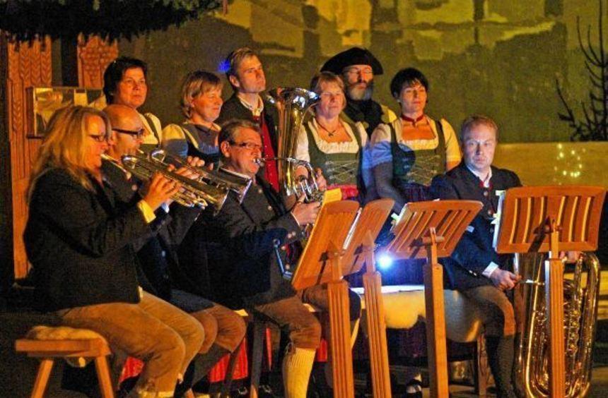 """Das Ensemble der """"Tauberfränkischen Wirthausmusi"""" begeisterte das Publikum mit der ..."""